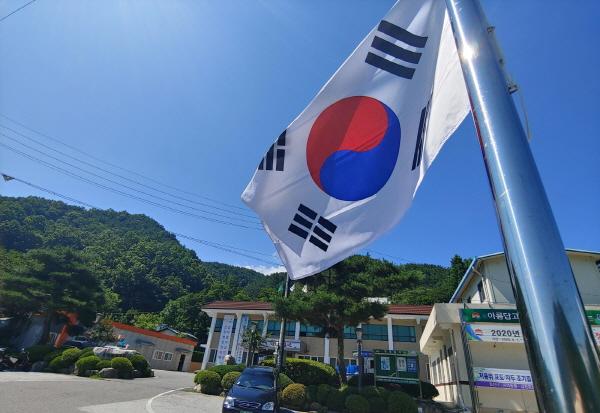 크기변환_사본 -부항면, '제헌절 태극기 달기' 홍보활동 전개-부항면(사진1).jpg