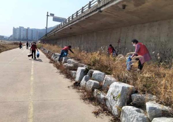 크기변환_사본 -양금동, 통장협의회'감천변 환경정비'구슬땀-양금동(사진2).jpg